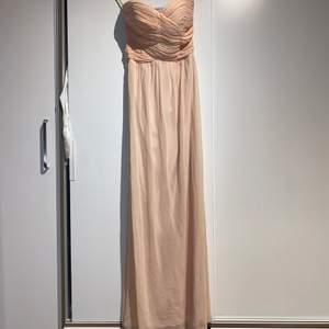 Ljusrosa balklänning/ långklänning endast använd en gång och i nytt och fint skick , st xs men skulle även säga att den passar som S