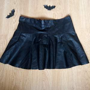 Skit cool läder kjol, knappt använd.