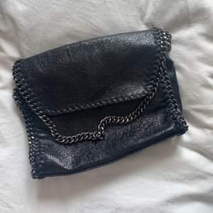 Jättefin väska som liknar en Stella väska. Aldrig använd så i jättebra skick! Frakt tillkommer 💗 skriv för fler bilder