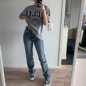 Säljer dessa snygga jeans pga att jag ej använder... har använt dessa ca 2 gånger så är i bra skick. Jag är 165cm och de är långa på mig! Säljer om någon lägger ett bra bud. Köpte de second hand! BUD: 490kr + frakt