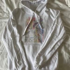 Säljer min populära the cool elephant hoodie då den inte kommer till användning länge! Trycket är lite urtvättat och det finns en liten liten fläck på fickan men det är inget man tänker på jätte mycket💕 Storlek S men passar mellan XS-M! Nypris 600kr, mitt pris 140kr. Skriv för fler bilder❤️