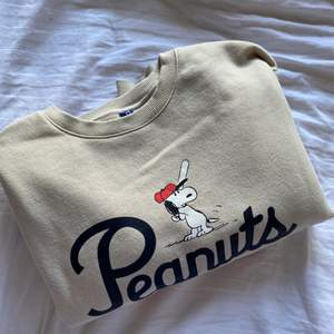 Aldrig använd tröja från H&M  från deras designsamarbete med snobben. Storlek XS men känns som S/M