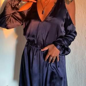 Denna klänning är super fin och buren en gång på bröllop! Sitter jätte sött och har fina ärmar 🤍 Jag är 162 och den går liiiite ovanför knäna
