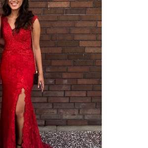 Röd festklänning i bra skick, stl 36 och V-ringad rygg. Köparen betalar frakt.