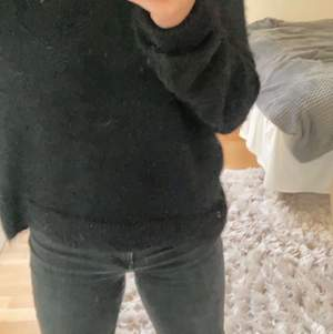 Säljer denna fina tröja från hm då den är lite stor på mig som är 158cm. Köpte för 200kr för 1 år sen och den är i väldigt fint skick