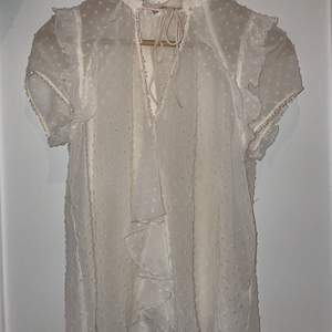 En vitt lite krämfärgad genomskinlig blus från Zara i storlek S.