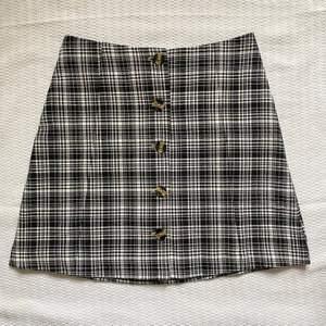 En supersöt kjol från Monki som aldrig använts och har prislapp kvar🎧😊💞