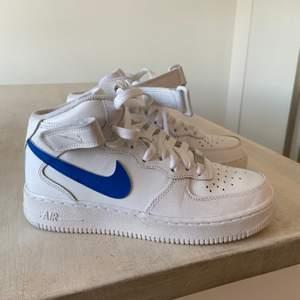Jag säljer mina Nike air force high som är helt nya och använda ca 3 gånger💕 säljer pga att jag köpte fel storlek💕 jag har målat på dom själv och hade kunnat skicka med pennorna om man skulle vilja måla på dom mer☺️ köpta för 1099kr på Nike priset kan diskuteras beror på hur många som är intresserade