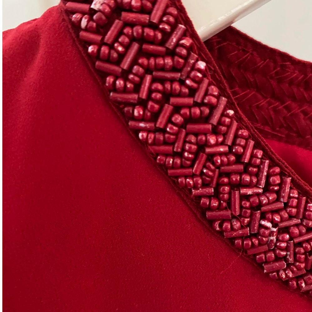 En röd blus från only! Den är i stl 34 och har små pärl detaljer vid kragen✨. Tröjor & Koftor.