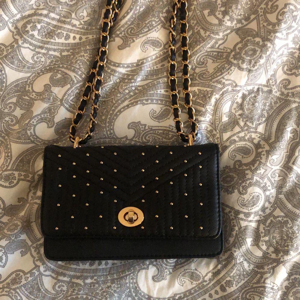 Jätte fin liten svart väska med guld detaljer, använd Max 4 gånger och är i ny skick, vet ej var den är från, (jag står ej för postens slarv). Väskor.