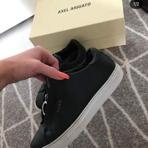 Säljer mina fina Axel arigato skor!! De är i fint och säljes endast för att jag behöver pengar🖤 De är köpta för 2000kr men säljer dem för 600kr hoppas den passar fint på nån av er ☺️