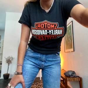 Säljer denna t-shirt då den inte kommer till användning! Den är sjukt snygg bara till jeans och även till kjol!❤️