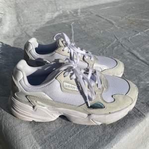 Nästintill oanvända adidas skor. Beigea med häftigt material. Rengörs såklart innan de skickas iväg. Pris kan diskuteras och köpare står för frakt✨✨