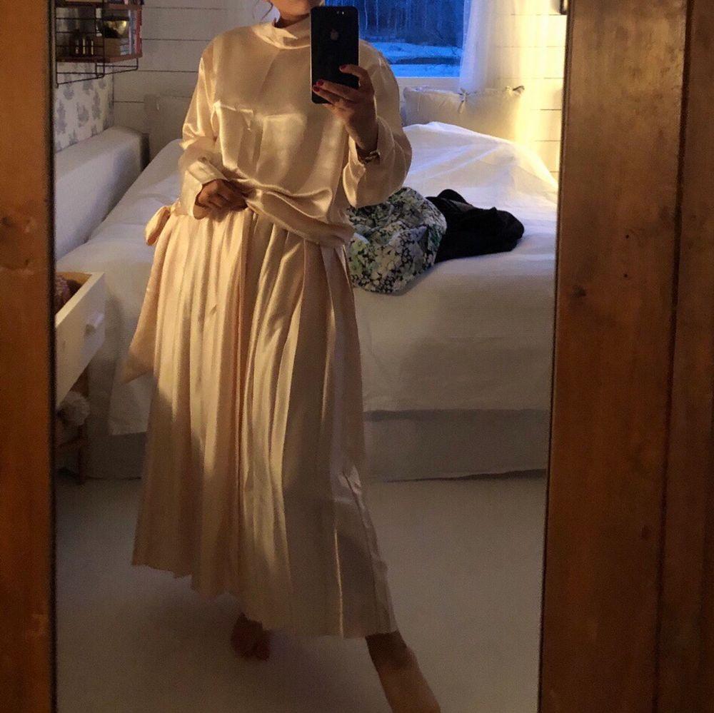 Super fint sett, kjol och blus i silke. Plisserad kjol och blus med knyte i midjan. Super fint tilsammans eller för sig🌼. Kjolar.