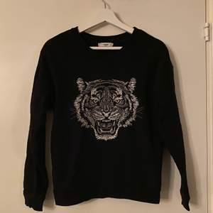 Sweatshirt med broderat tryck. Strl. M