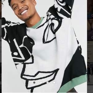 Säljer denna super snygga stickade tröjan från asos man som är slutsåld. Super cool och unik! Den är i 2xs men skulle säga en S i kvinnliga storlekar. Använd 3-5 gånger.💕💕💕💕💕💕