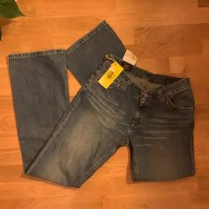 lågmidjade bootcut jeans från lee med lappen kvar! org. pris 799kr. skulle säga att de sitter som en w29
