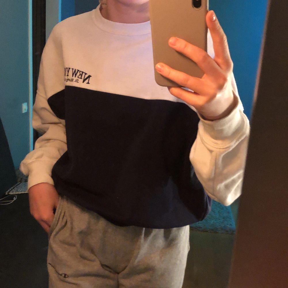 Sjukt mysig sweatshirt som är lite tunnare i materialet. Säljs pågrund av jag inte använder den. Toppar.