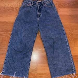 Mörkblå jeans från levi's som endast är använda 2 gånger. Säljs pågrund av att de inte kommer till användning. Köpare står för frakt!