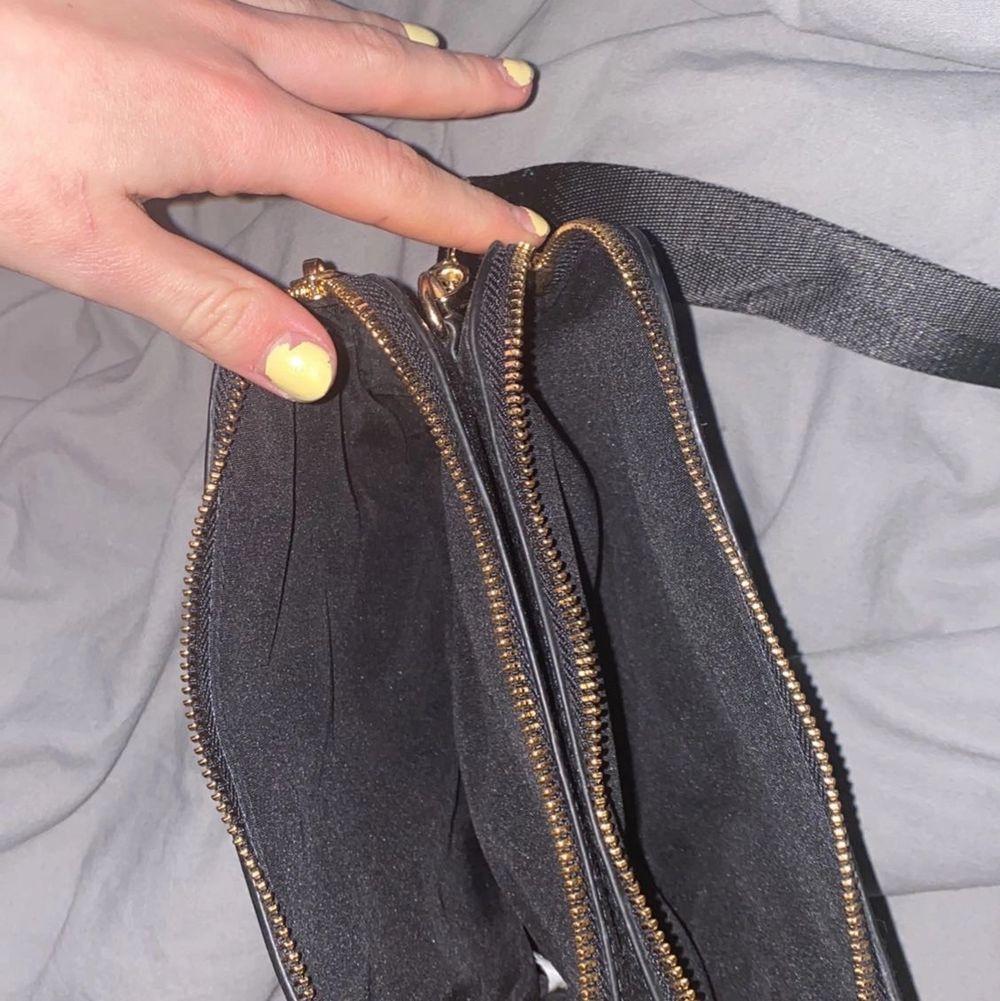 Skit snygg väska! Perfekt när man behöver ha med sig lite grejer och inte vill behöva hålla i allting!. Väskor.