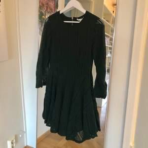 Mörkgrön spetsklänning från H&M i storlek 36. Material: Shell: 67% cotton 33% polyamide Lining: 100% polyester💚💚 Använd 2 gånger. Felfri.