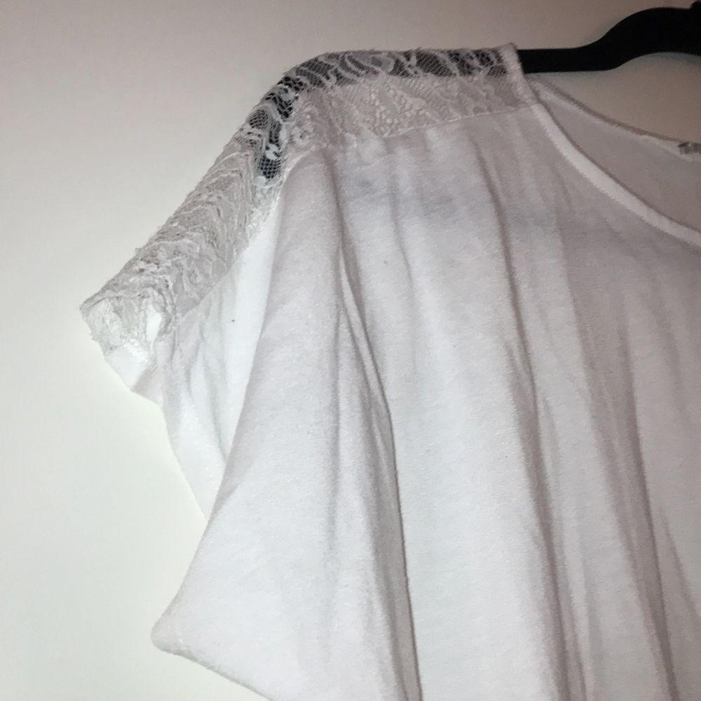 En vit, lite genomskinlig väldigt fin party t-shirt med spets. I mycket bra skick. 48,60 kr totalt, med frakt och allt.. T-shirts.
