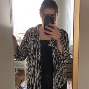 Skjorta med zebramönster från Gina Tricot. Storlek 40.