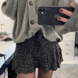 LÅNADE BILDER! Superfin zara kjol i storlek 34/36💕 skriv privst om du är intresserad och för fler bilder