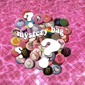 Nu kör vi igång med nya roliga mystery bags! 👀 Istället för att köpa pins för 10:-/st kan du nu köpa en mystery bag med 5st pins för 30:-. ✨ De pins som kommer finnas är de på bild 2. Man får gärna skriva en färg eller aesthetic så ska vi försöka göra mystery bagsen personliga 🌸 Vill man köpa pins direkt är det 10:-/st eller 20:-/st för custom made. ✨ Skriv gärna till oss vid frågor 😊