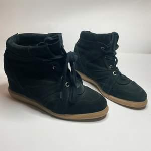 Fina svarta skor med kilklack, därav lätta att gå i. Märket är PAVEMENT, (köpta på Two Angels i Göteborg) men är ett par Isabel Marant liknande skor.                             Nypris 1199kr, men säljs för endast 150kr