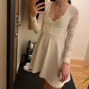 Studentklänning i mycket bra skick, använt en gång, är samma klänning som på andra bliden fast kjolen är utan spets. Just denna modell utan spets på kjolen finns inte kvar att köpa på bubbleroom, jag köpte klänningen sommaren 2020! Jag är 162 cm lång! Klänningen har kostat 499kr