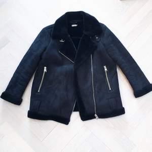 Svart jacka från urbanoutfitters med fake päls och silver detaljer. Supersnygg och superskön jacka som passar perfekt med ett par jeans.🤩😍Kontakta vid intresse och följ mig för att se fler jackor😊❤