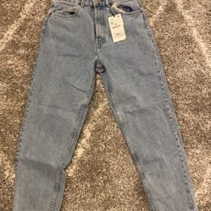 jeans från zara. köpta för ca. 1 år sen. aldrig använda pga för små. brukar ha strl 38 så skulle säga att de är små i storlek! skriv privat för fler bilder💕 köparen står för frakt!!