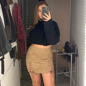 Jätte fin kjol med underbar passform. Detaljerna där fram gör den väldigt unik! Aldrig använd. Den är i storlek M, men skulle vilja säga den är lite liten i storleken. Så passar dig som pendlar mellan storlek S/M