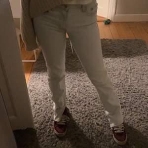 Säljer mina jeans från zara med slits. De har några små slitningar längst ned. Bud: 220kr