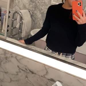 Superfin stickad tröja som tyvär har en sminkfläck på ena ärmen. Köpt på HM för typ ett år sen men superhärlig!!❤️ 80 kr