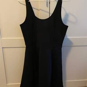 Svart basic klänning ifrån H&M, oanvänd. Storlek 40. Frakten står jag för🌸