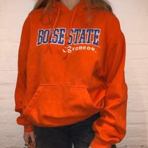 Vi säljer denna orangea hoodie med broderat text där det står Boise State på. Priset är 349kr.  Den är i storlek L och sitter som en M/L. Personen på bilden är 165 och brukar ha på sig M. Inga defekter på hoodien. Kontakta oss på Plick eller på vår Instagram @wanderetro. Om flera visar intresse blir det budgivning. Köparen står för spårbar frakt på 66kr. 🤍