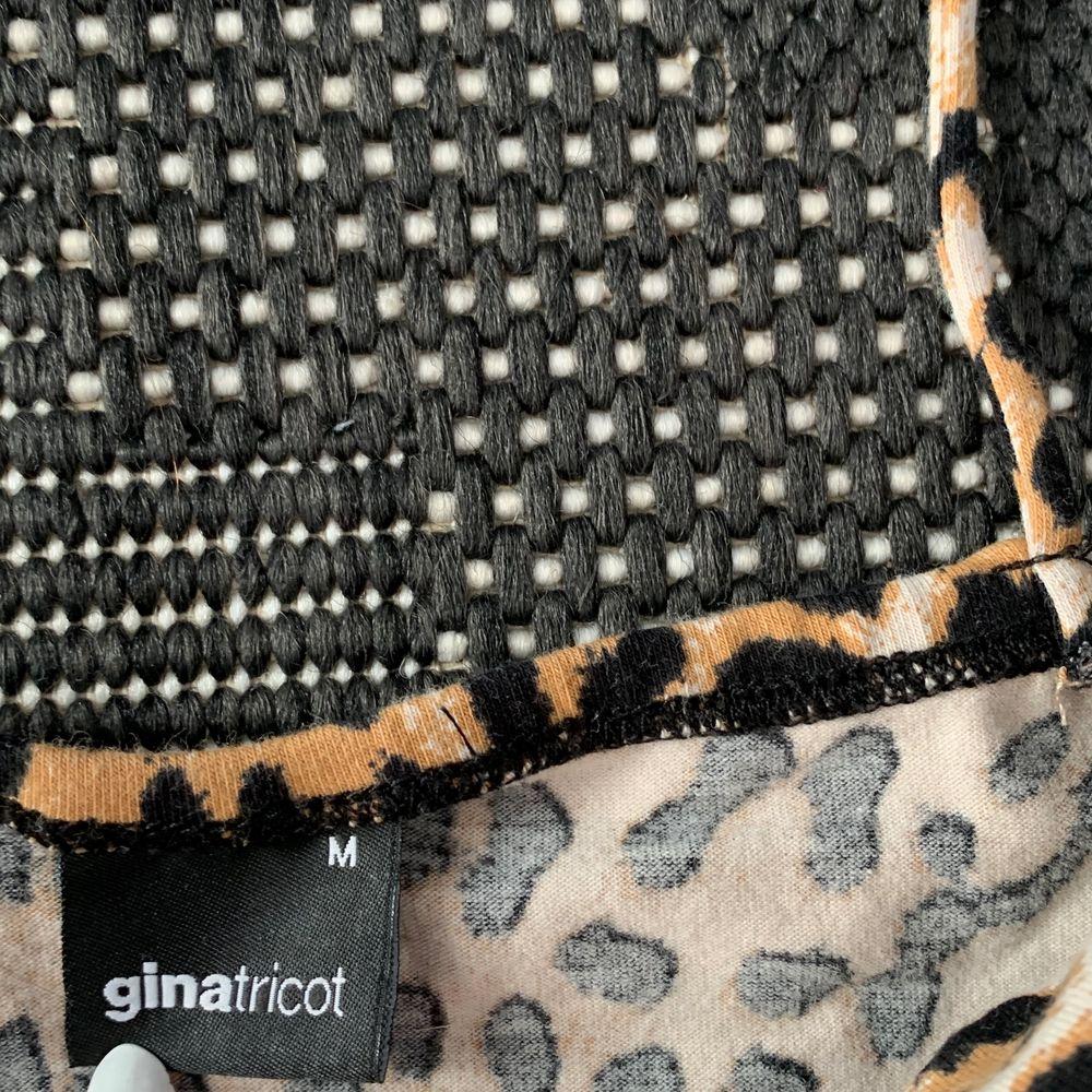 Ett klassiskt linne från Gina Tricot med cheta print. Storlek M men passar även storlek S. Sjukt snyggt.. Toppar.