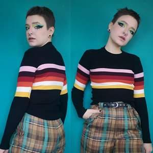 Så söt ribbad svart tröja med ränder, riktiga 70s vibes. Från FB Sisters i storlek small, är True to size enlig mig. Eftersom den är ribbad så är den också ganska stretchig. Fint skick! Frakt för denna ligger på 66 kr, samfraktar gärna😊👍