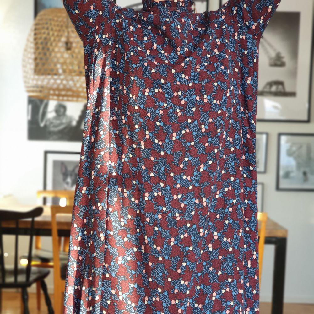 Oanvänd klänning. . Klänningar.