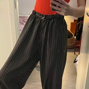 Supersköna brallor att ha antingen på stan eller spm pyjamas, lite för stora för mig därför jag säljer