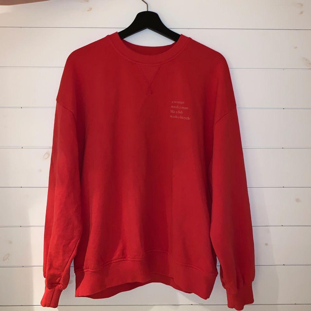En oversize neon rosa tröja ifrån Maja Nilsson Lindelöf's collection med Gina tricot, passar xs-m beroende på hur oversize man vill ha den                                                                                             . Tröjor & Koftor.