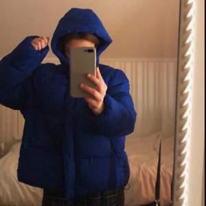 Blå tjock jacka, lagom kort. Stor luva och väldigt varm. Använt va 3 ggr!🥰🥰 63 kr frakt!