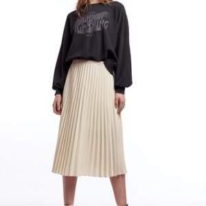 Säljer denna snygga kjolen från hinna fast i svart. Storlek s men passa mig som är M också :)