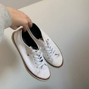 Vita Tommy Hilfiger skor. Väldigt fina sommar skor som passar till olika outfits. Ganska använda lite fläckar på ena högerskon men man kan säkert tvätta de. Frakt inräknat🥾👟