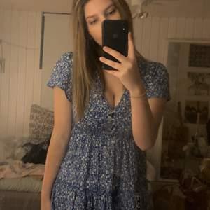 super söt blå klänning för sommaren! älskaaar denna men behöver sälja just nu! perfekt för skolavslutning, midsommar, strandklänning, eller bara vara ute ! passar strl xs s & m 🥰