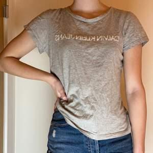 Äkta Calvin Klein t-shirt i fint skick. Passar till allt💕