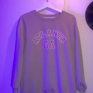 En fin sweatshirt i str Small. Använt fåtal gånger💜