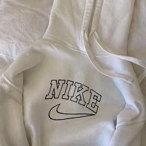 ❗️HÖGSTA BUD 400kr❗️Vit hoodie som jag målat en Nike logga på. Tröjan kommer ursprungligen från zara och är helt oanvänd. Trycket tål tvätt! Buda i komentarerna🤎